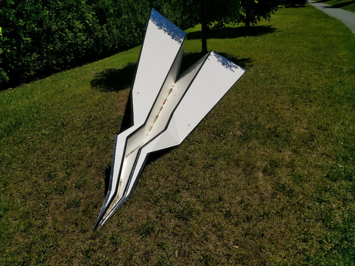 Sculpture d'avion en papier à Vanier